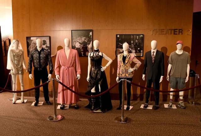 画像: レッドカーペットイベント会場にて展示された同作で出演者たちが着用した衣装の数々。