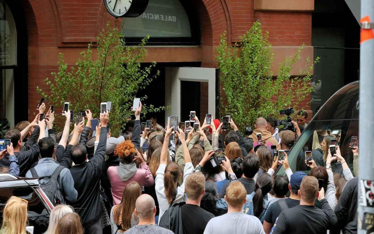 画像: カイリー・ジェンナーが宿泊するホテル前で出待ちする人々。©スプラッシュ/アフロ