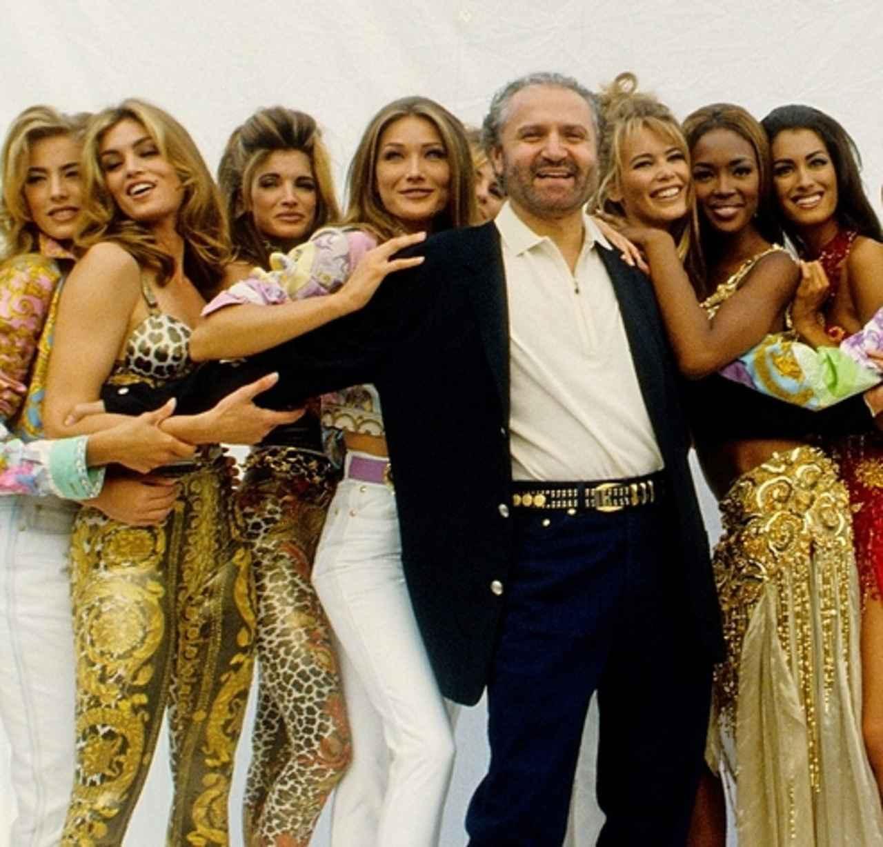 画像: 90年代に一世を風靡した元祖スーパーモデル軍団とジャンニ。