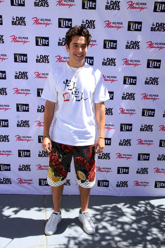 画像1: オースティン・マホーン、日本の「羽毛布団」の企業Tシャツで海外イベントに出席