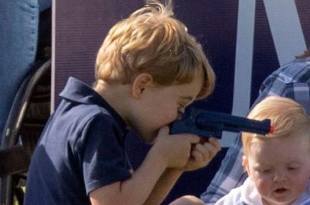 画像2: ジョージ王子が「おもちゃの拳銃」で遊ぶ姿に困惑の声
