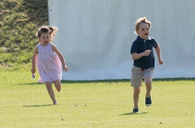 画像1: ジョージ王子&シャーロット王女が、「普通の子供」な一面を収めた写真