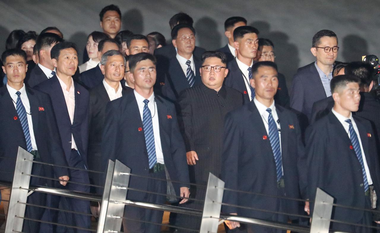 画像: シンガポールに到着し、ボディガードに囲まれて移動する金委員長。
