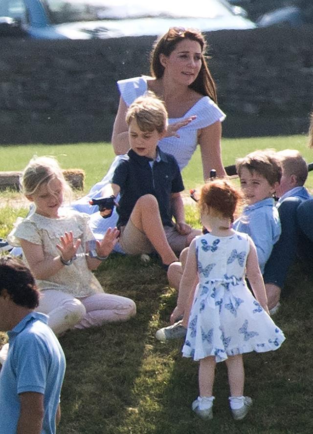 画像3: ジョージ王子が「おもちゃの拳銃」で遊ぶ姿に困惑の声