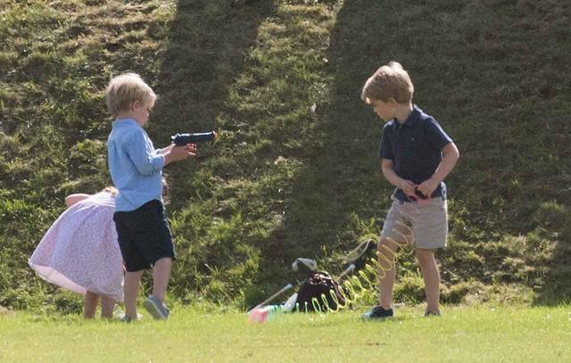 画像4: ジョージ王子&シャーロット王女が、「普通の子供」な一面を収めた写真