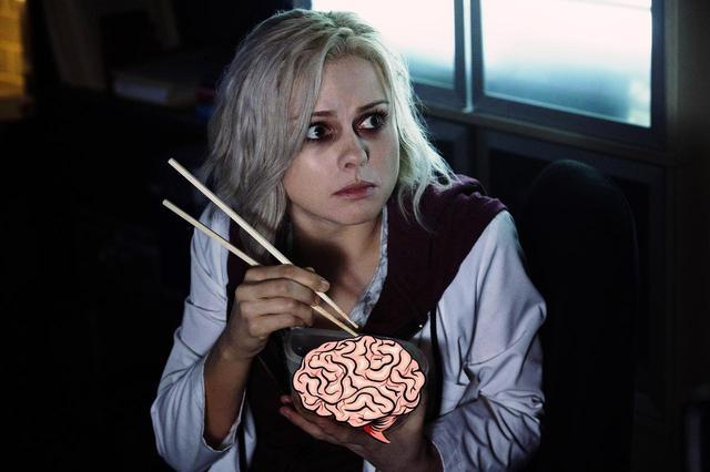 画像: 容器に入れた脳みそを、箸を使って食べるリヴ。 --iZOMBIE and all related characte