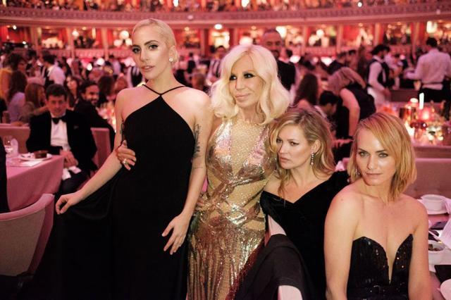 画像: 左から:シンガーのレディー・ガガ、ドナテラ、モデルのケイト・モス、女優のアンバー・バレッタ。©Donatella Versace / Instagram