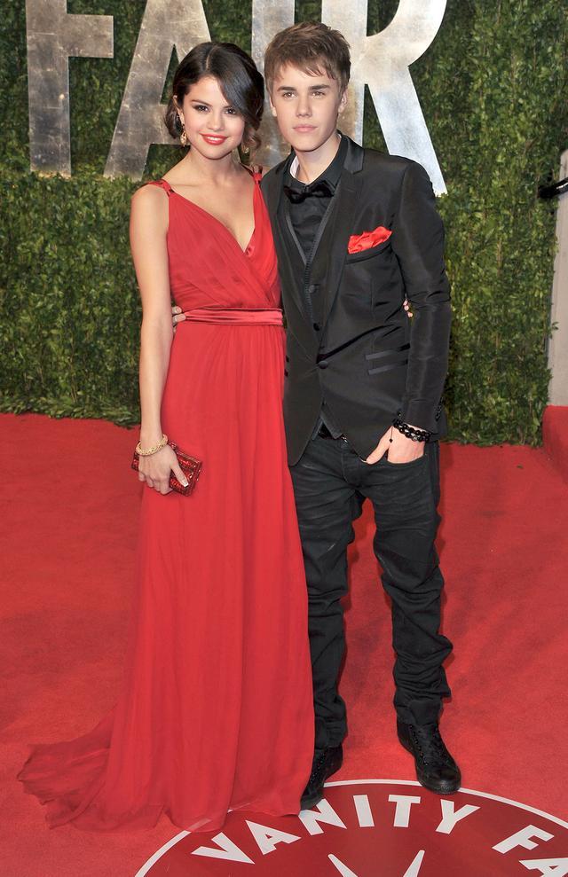 画像: 2011年のアカデミー賞に当時交際していたシンガーのジャスティン・ビーバーと揃ってドルチェ&ガッバーナの衣装で登場したセレーナ。