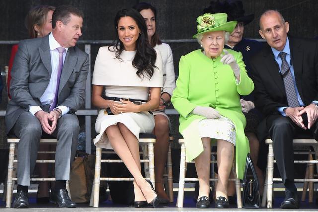 画像: メーガン妃は足首をクロスした「ダッチェス・スラント」に。ちなみに、一部では足首をクロスするのはルール違反との説もある。