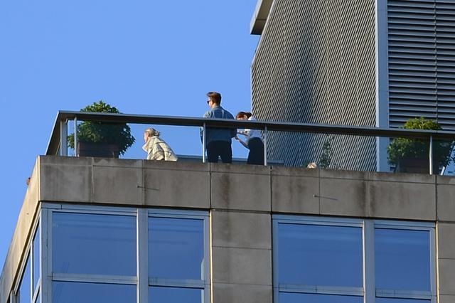 画像: 白いカーディガンを着用しているのがジェニファー。