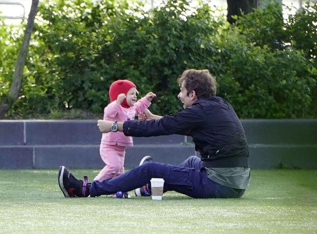 画像4: 1歳にしてすでに「パパっ子」、ブラッドリー・クーパーと愛娘が愛おしい【写真アリ】