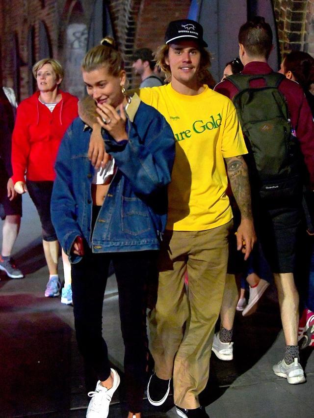 画像1: ジャスティン・ビーバーと噂のモデル、薬指にダイヤの指輪がキラリで「まさか」
