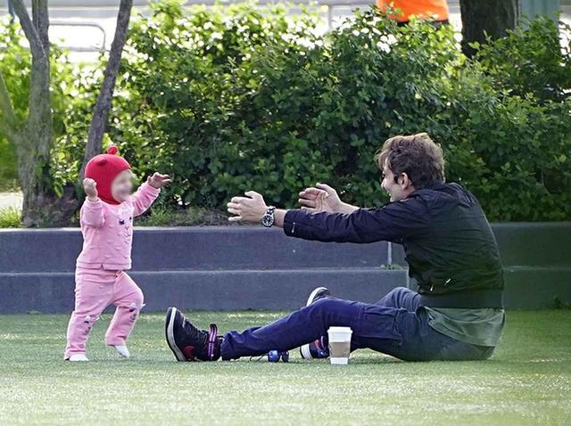 画像3: 1歳にしてすでに「パパっ子」、ブラッドリー・クーパーと愛娘が愛おしい【写真アリ】
