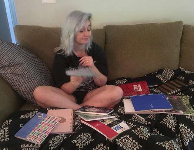 画像: 日記を並べて説明するローレン。©Lauren Scott via SWNS/ youtube