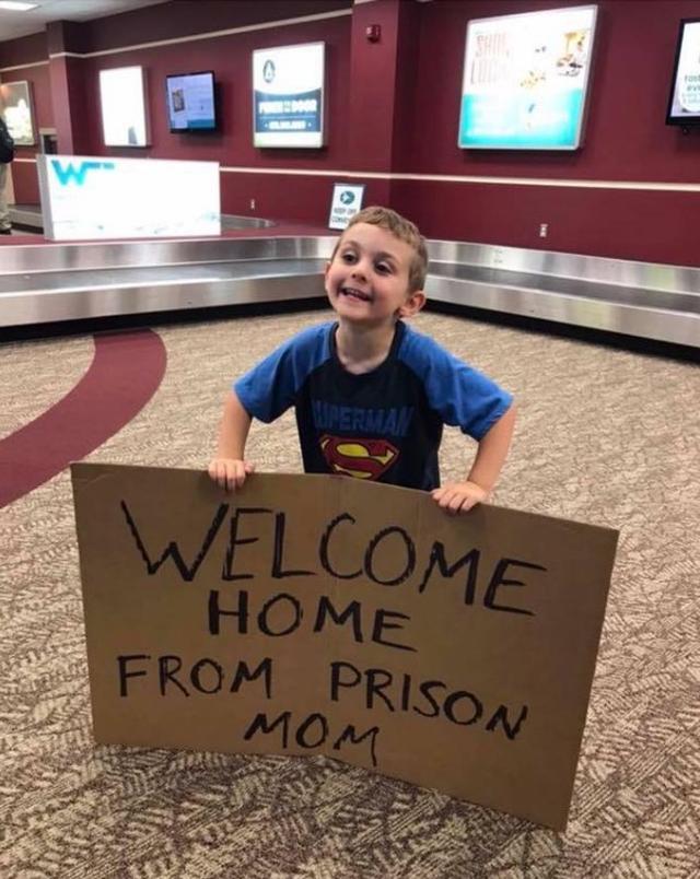 画像: 出張先から帰ってきた母親、空港で息子が持っていたものに大爆笑