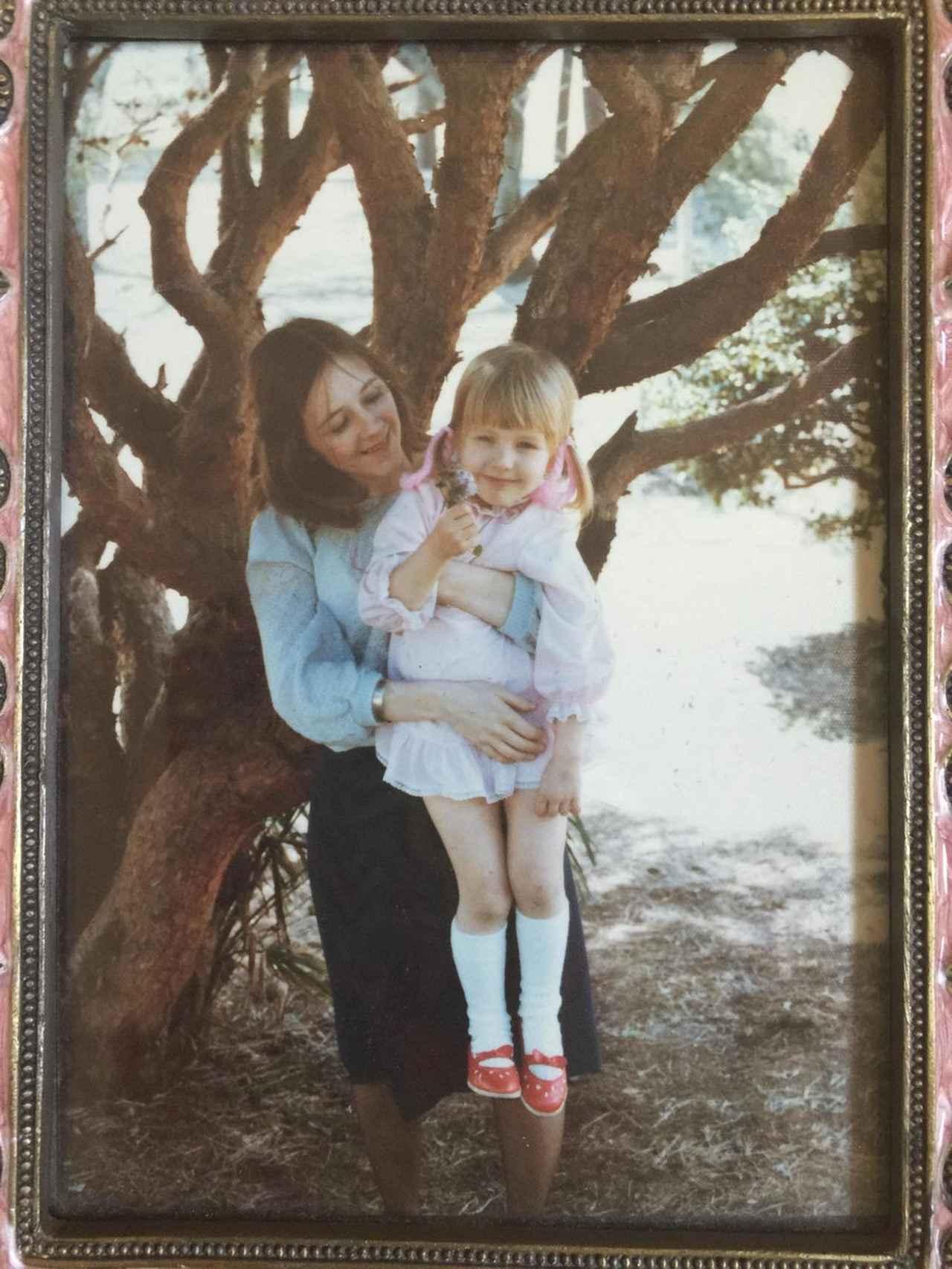 画像: 母親に抱っこされたクリスティーナ・アギレラ。©Christina Aguilera/Twitter