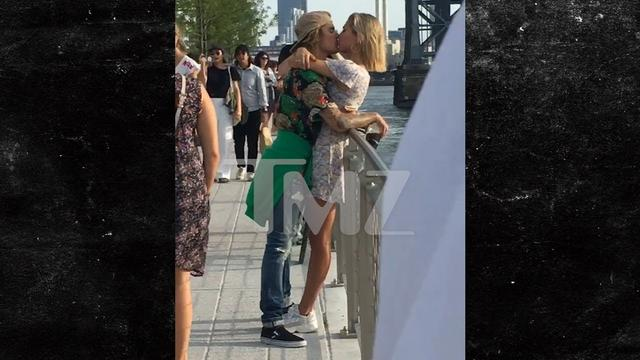 画像: Justin Bieber and Hailey Baldwin Kissing in a Brooklyn Park www.youtube.com