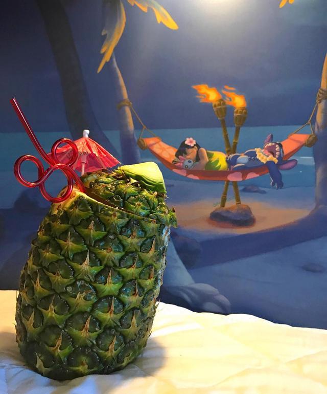 画像1: debbie wilsonさんはInstagramを利用しています:「The artwork one of the beds at the Polynesian Resort has Lilo and Stitch on it! This is one of my favorite resorts. It's was beautiful,…」 www.instagram.com