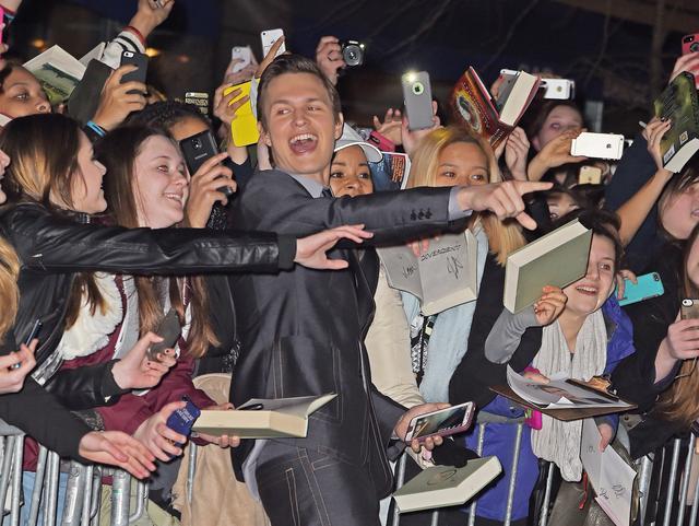 画像: アンセル・エルゴート、『ダイバージェントNEO』プレミアでファンと記念撮影。予定をオーバーしてファンサービスに熱中することも少なくない。