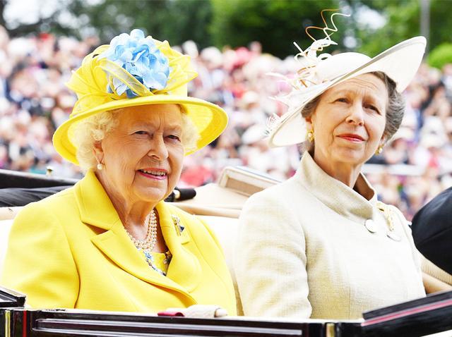 画像: 現地時間6月18日に開幕した競馬の祭典「ロイヤル・アスコット」に長女のアン王女とともに到着したエリザベス女王。