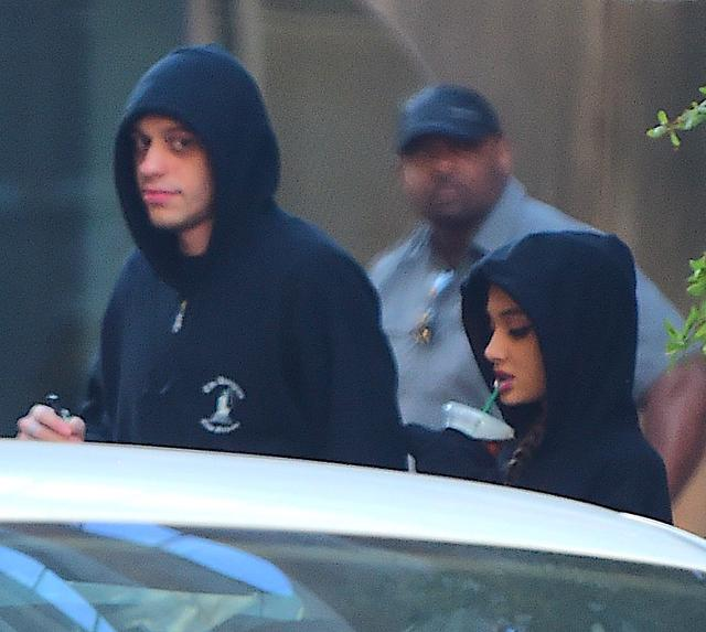 画像: おそろいの黒いパーカー姿で新居のあるジェットソンズ・ビルディングを後にするピートとアリアナ。