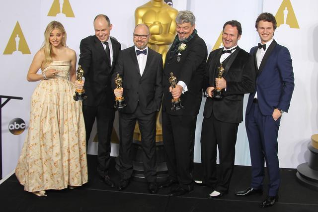 画像: クロエ・モレッツとはその後も、2015年のアカデミー賞で一緒にプレゼンターを務め、2017年に映画『ノベンバー・クリミナルズ』で再共演するなど、縁が深い。