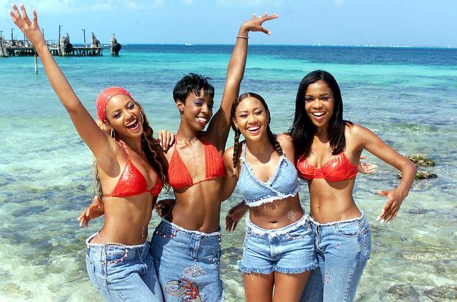 画像: 当時メンバーとして活躍していた人気ガールズグループ、デスティニーズ・チャイルドのメンバーたちとアワードの合間にビーチではしゃぐビヨンセ。(2000年撮影)