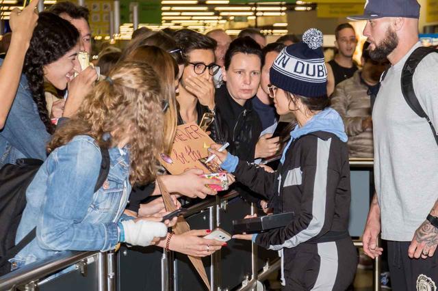 画像: ファンが持っているアルバム『カミラ』のジャケットにもサイン。