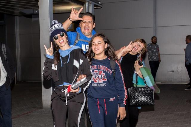 画像2: カミラ・カベロ、恒例の「空港ファンサービス」に家族が参戦