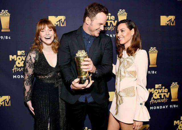 画像: クリスのジェネレーション賞受賞を、映画『ジュラシック・ワールド』シリーズで共演する女優のブライス・ダラス・ハワード(左)と、かつてクリスとドラマ『パークス・アンド・レクリエーション』で共演していた女優のオーブリー・プラザがお祝い。