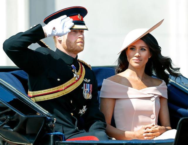 画像: エリザベス女王の誕生日パレード、「トゥルーピング・ザ・カラー」でも淡いピーチピンクをチョイス。