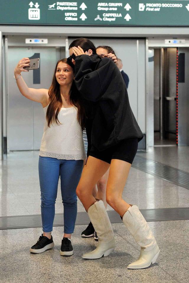 画像2: ケンダル・ジェンナー、空港でのファンサービスが神ってる