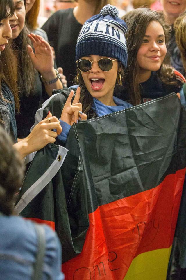 画像: ファンと一緒にドイツの国旗を持ってポーズ。