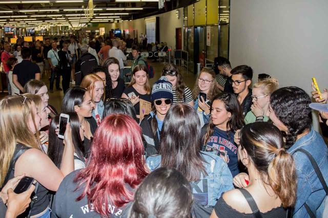 画像: 集まったファンと談笑する姿も。
