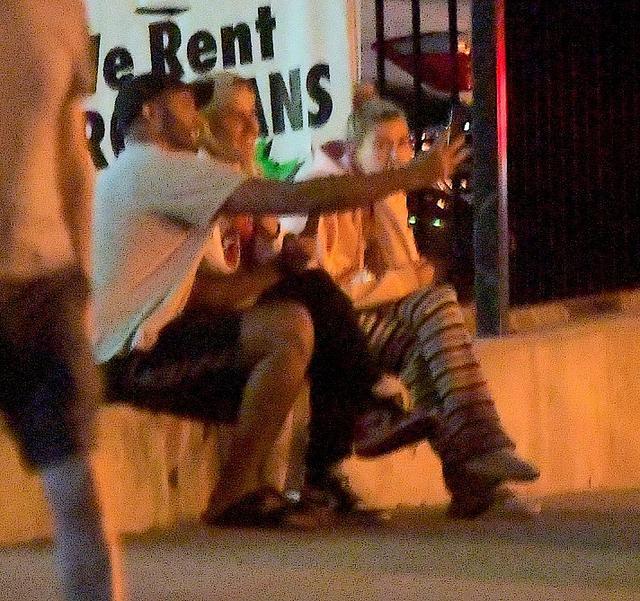 画像: 男性ファンと記念撮影するジャスティン。