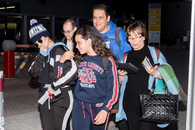 画像1: カミラ・カベロ、恒例の「空港ファンサービス」に家族が参戦