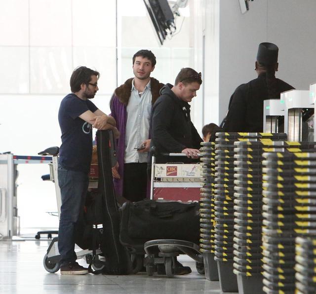画像1: エズラ・ミラー、空港で頭に乗せているものに「なんで!?」と突っ込みたくなる