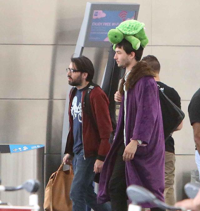 画像2: エズラ・ミラー、空港で頭に乗せているものに「なんで!?」と突っ込みたくなる