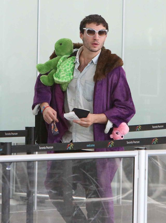 画像3: エズラ・ミラー、空港で頭に乗せているものに「なんで!?」と突っ込みたくなる