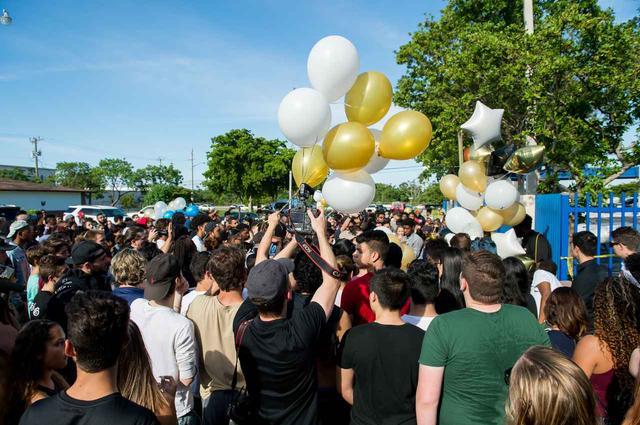 画像: 殺害現場に集まって追悼するファンたち。
