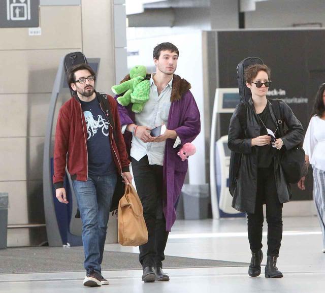 画像4: エズラ・ミラー、空港で頭に乗せているものに「なんで!?」と突っ込みたくなる