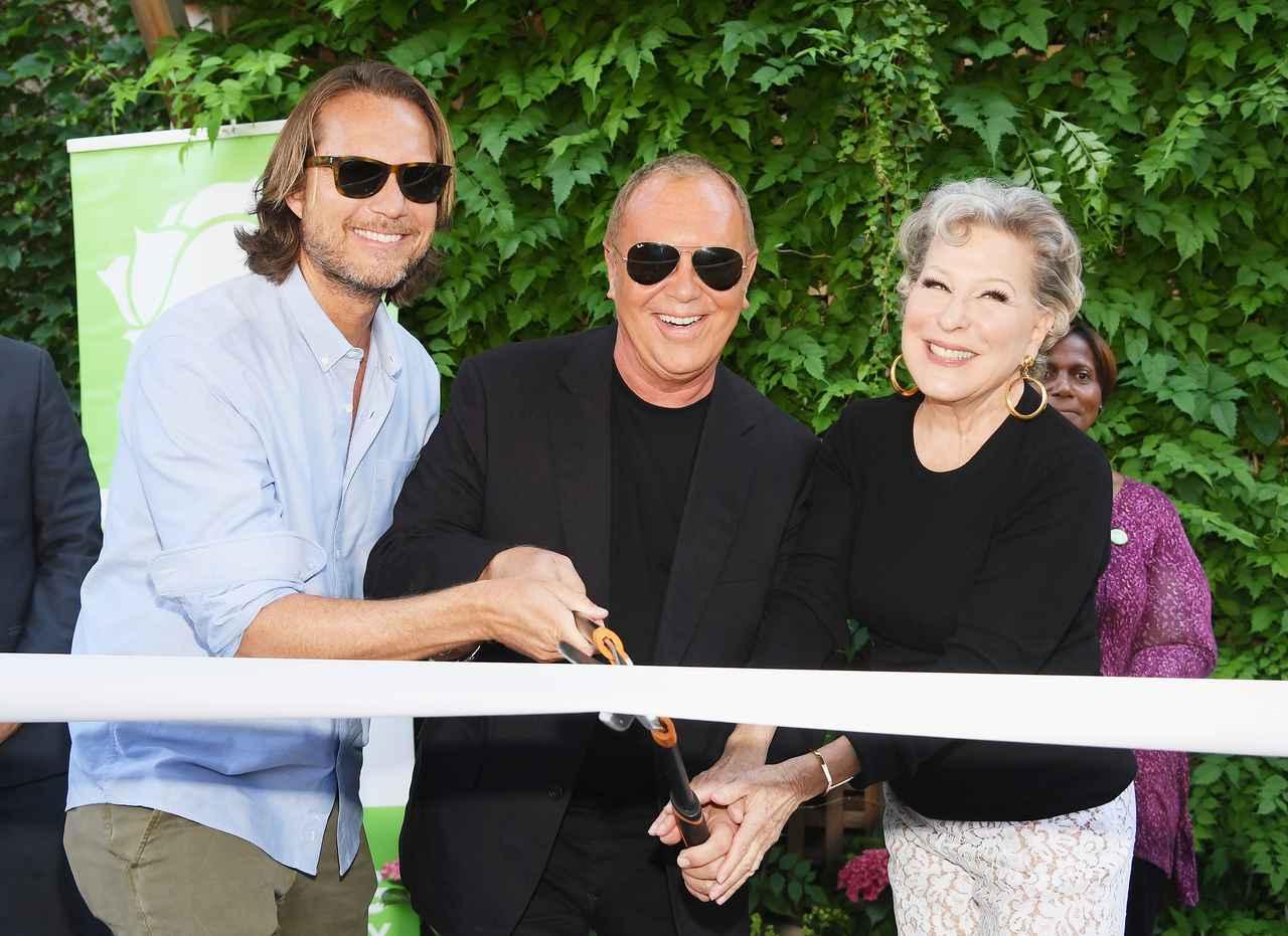画像: (左から)マイケルのパートナーのランス・ルペール、マイケル・コース、歌手で女優のベット・ミドラー。