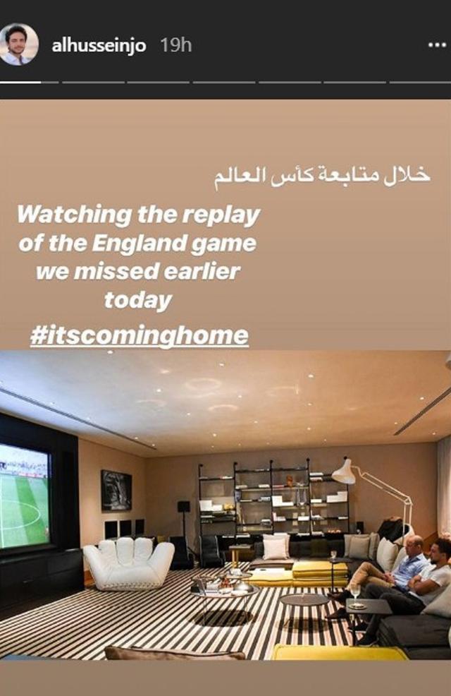 画像: まるで映画館のスクリーンのような巨大画面のテレビで試合観戦。©alhusseinjo/Instagram Story