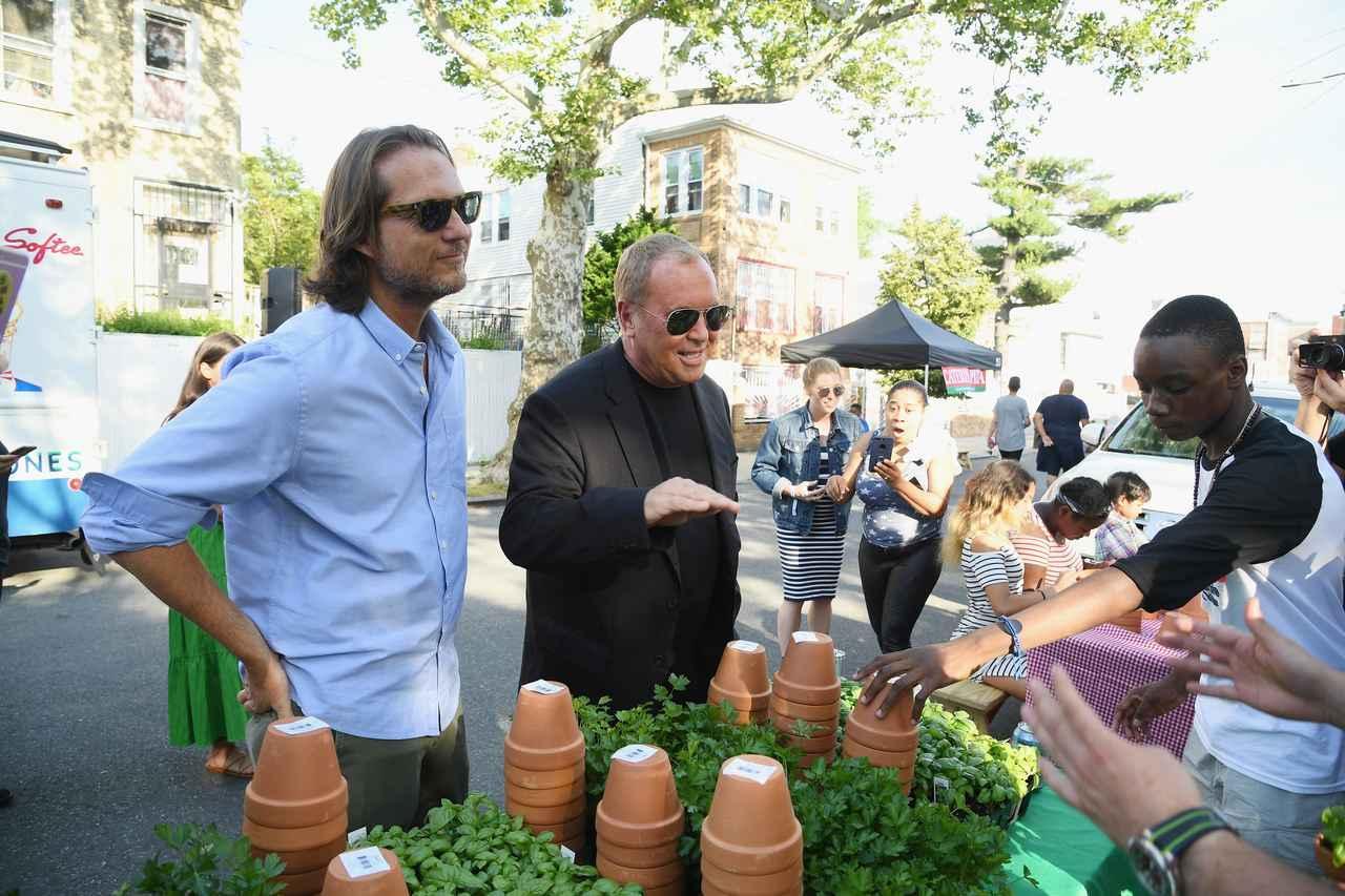 画像: マイケル・コース、ニューヨーク復興プロジェクトとコミュニティ・ガーデンのオープニングを祝福