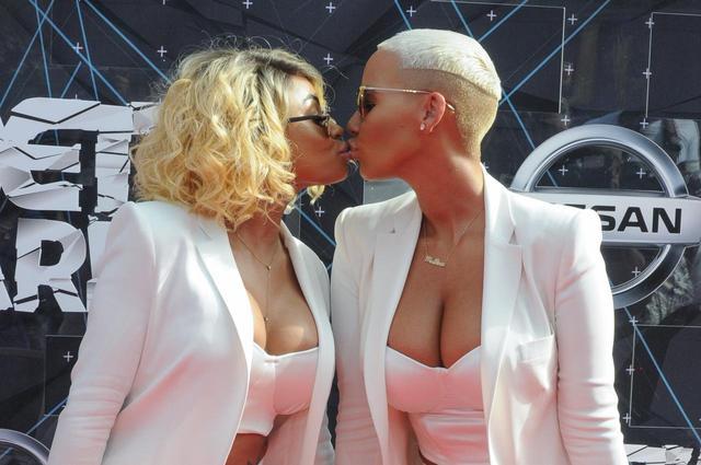 画像4: 「公開キス」のビジュアルが強烈