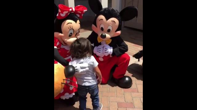 画像: Mickey and Minnie Mouse sign for deaf little boy/Mickey and Minnie talk to a kid using sign language www.youtube.com