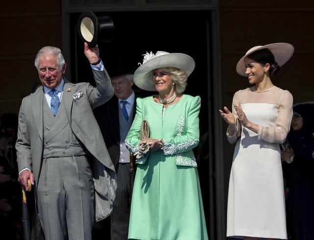 画像: 結婚式後初となった公務では、チャールズ皇太子とカミラ夫人と笑い合う姿も見せていた。