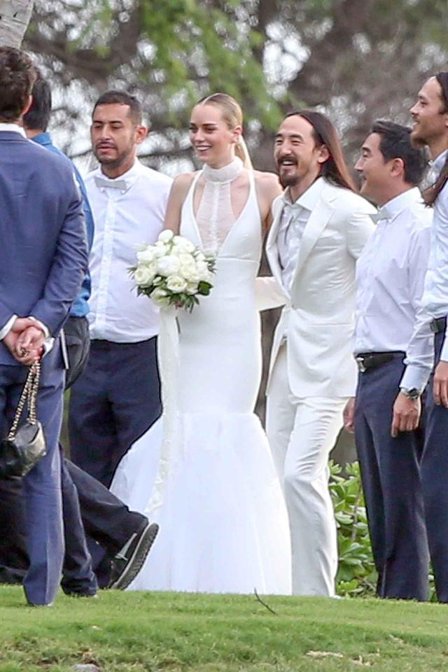 画像: オーストラリア人モデルのティアーナン・カウリングとハワイで結婚式を挙げた時の様子。
