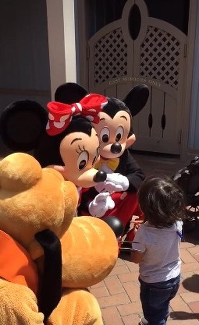 画像: ディズニーランドで聴覚障害の子供を見つけたミッキー&ミニーが神対応