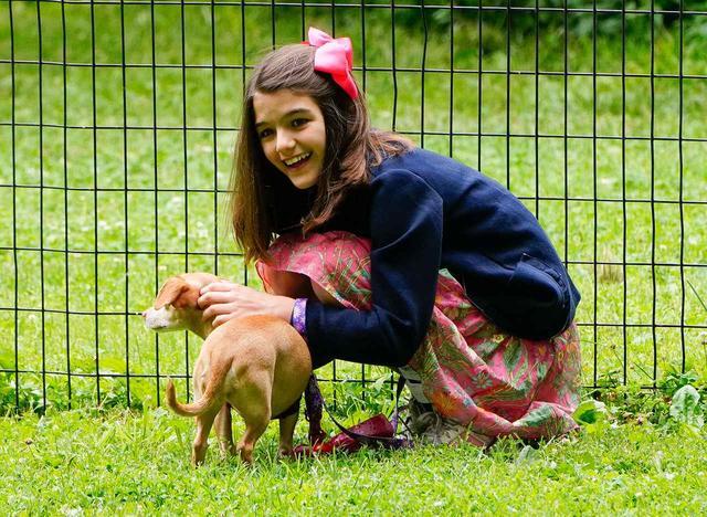 画像5: トム・クルーズの愛娘スリちゃん、犬と遊ぶ姿が愛らしい